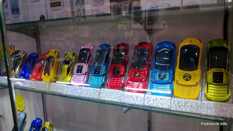 Chiny - Hongkong - bazar - obudowa telefonu w kształcie samochodu - kwiecień 2013