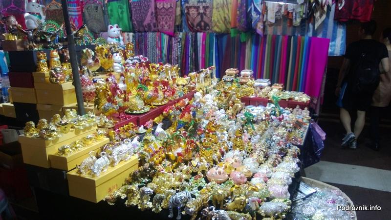 Chiny - Hongkong - bazar - stoisko z chińskimi figurkami - kwiecień 2013