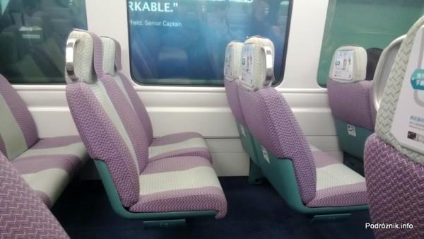 Chiny - Hongkong - wnętrze pociągu kursującego na lotnisko - odstęp między siedzeniami - kwiecień 2013