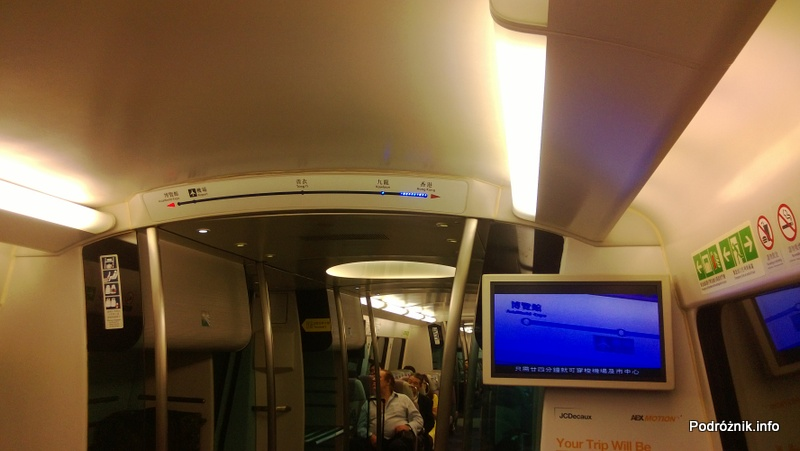 Chiny - Hongkong - wnętrze pociągu kursującego na lotnisko - ekran z informacjami - kwiecień 2013