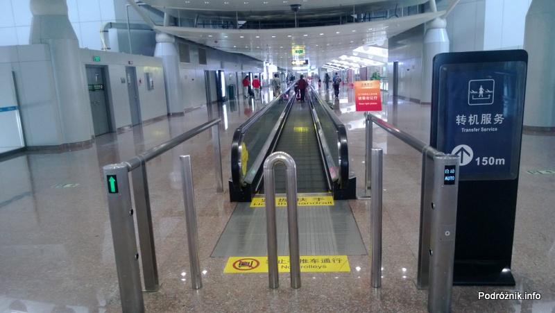 Chiny - Lotnisko w Pekinie - Beijing Capital International Airport - ruchomy chodnik - kwiecień 2013