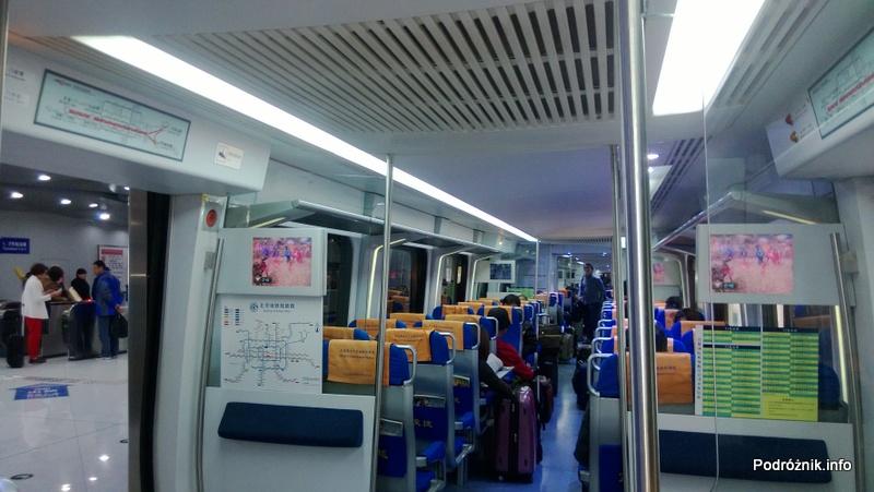 Chiny - Pekin - Airport Express - wnętrze pociągu wyjeżdżającego z lotniska - kwiecień 2013