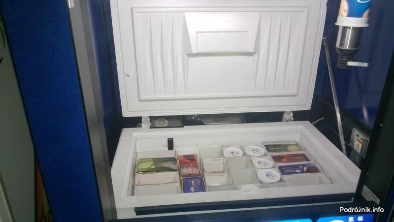 Chiny - Pekin - automat do lodów - otwarta klapa od zamrażarki - kwiecień 2013
