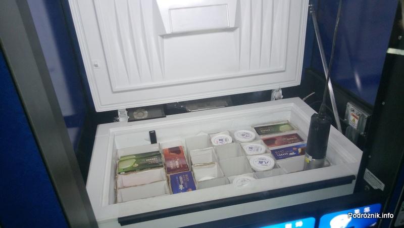 Chiny - Pekin - automat do lodów - otwarta klapa od zamrażarki i opuszczona przyssawka - kwiecień 2013
