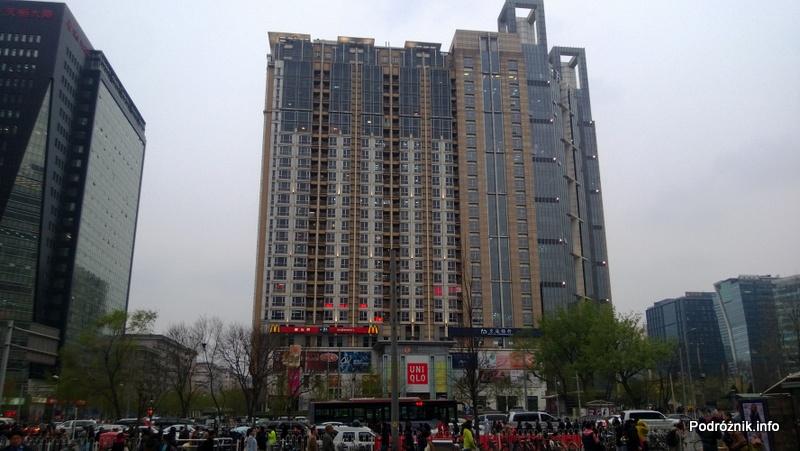 Chiny - Pekin - okolice dworca kolejowego Dongzhimen - blok mieszkalny - kwiecień 2013