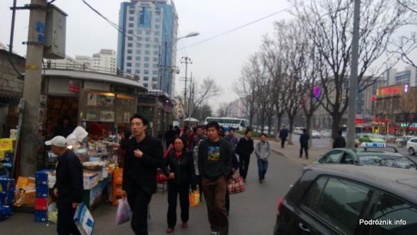 Chiny - Pekin - okolice dworca kolejowego Dongzhimen - ludzie na ulicy - kwiecień 2013