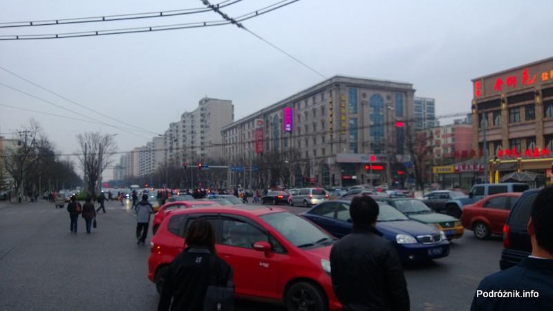 Chiny - Pekin - okolice dworca kolejowego Dongzhimen - zakorkowane skrzyżowanie - kwiecień 2013