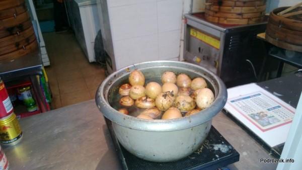 Chiny - Pekin - okolice dworca kolejowego Dongzhimen - gotowane jaja - kwiecień 2013