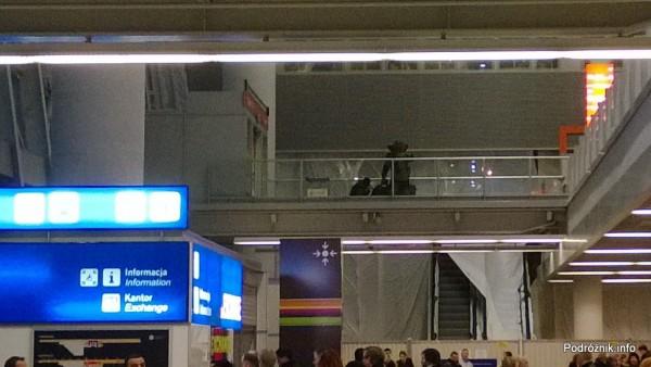 Polska - Warszawa - Lotnisko Chopina - saperzy podczas pracy na poziomie odlotów - grudzień 2013