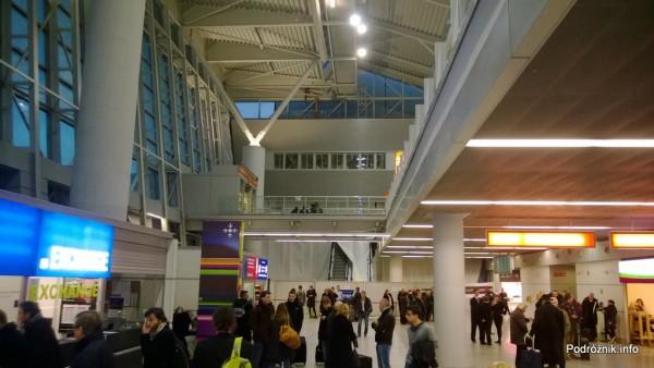 Polska - Warszawa - Lotnisko Chopina - poziom przylotów oraz saperzy pracujący powyżej na pomoście - grudzień 2013