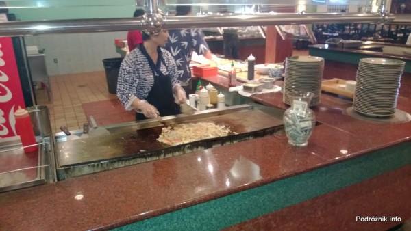 USA - Metairie przedmieścia Nowego Orleanu - Oki Nago Japanese Seafood Buffet - kucharz przygotowujący hibachi - czerwiec 2013