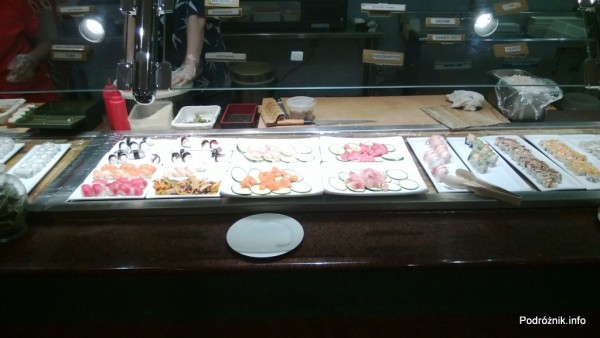 USA - Metairie przedmieścia Nowego Orleanu - Oki Nago Japanese Seafood Buffet - lada z sushi - nigiri i sashimi - czerwiec 2013