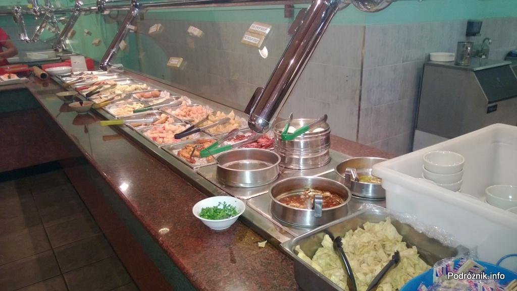 USA - Metairie przedmieścia Nowego Orleanu - Oki Nago Japanese Seafood Buffet - lada z zupami i ciepłymi daniami - czerwiec 2013