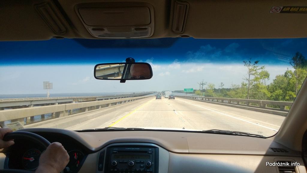 USA - autostrada I10 na palach miedzy Baton Rouge a Nowym Orleanem - jezioro po lewej a bagna po prawej - czerwiec 2013