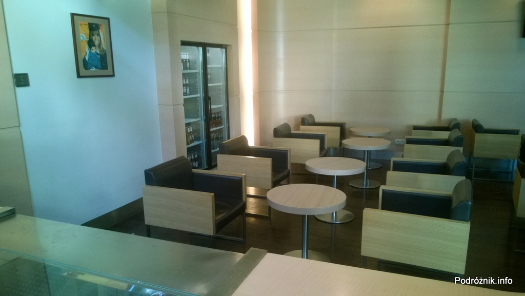 Polska - Warszawa - Lotnisko Chopina - LOT Business Lounge Polonez - część z prostszymi fotelami i lodówką z zimnymi napojami w tle - maj 2014