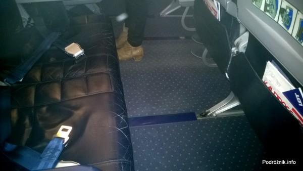 Polskie Linie Lotnicze LOT - Boeing 737 - SP-LLG - wnętrze - odstęp między fotelami przy wyjściu ewakuacyjnym - maj 2014