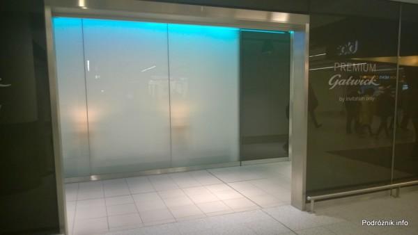 Wielka Brytania - Londyn - Lotnisko Gatwick - wejście do wydzielonej strefy kontroli bezpieczeństwa