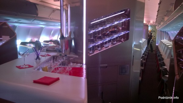 Virgin Atlantic (VS) - Airbus A330 - G-VWAG (Miss England) - wnętrze - bar dla pasażerów klasy biznes - maj 2014