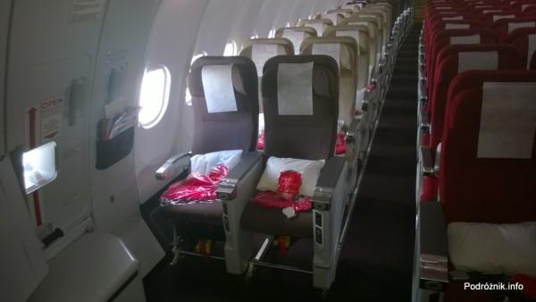 Virgin Atlantic (VS) - Airbus A330 - G-VWAG (Miss England) - wnętrze - fotele w klasie ekonomicznej przy wyjściu ewakuacyjnym - maj 2014