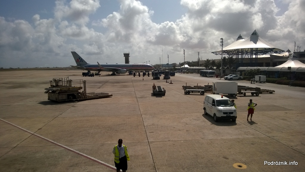Barbados - Bridgetown - Lotnisko Grantley Adams International Airport (BGI) - widok na port lotniczy z okna samolotu - maj 2014