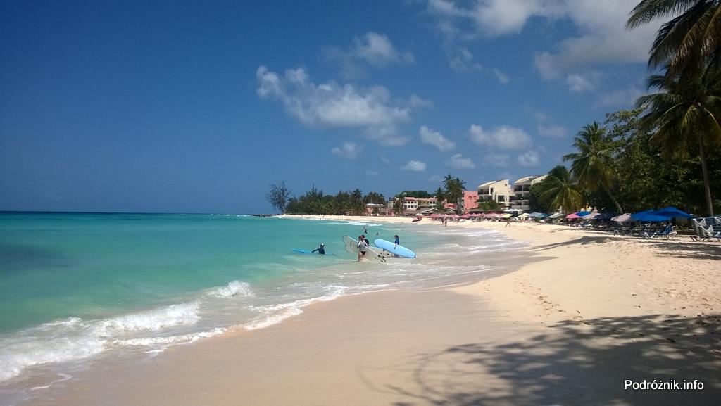 Barbados - Dover Beach - surferzy wchodzący do wody - maj 2014