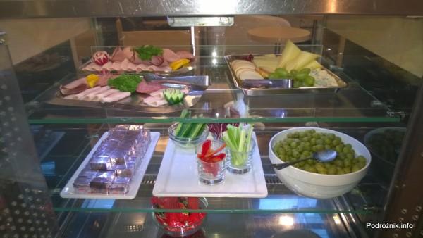 Polska - Warszawa - Lotnisko Chopina - LOT Business Lounge Polonez - lada z wędlinami i serami oraz warzywami - wrzesień 2014