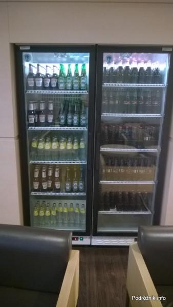 Polska - Warszawa - Lotnisko Chopina - LOT Business Lounge Polonez - lodówka z piwem i napojami gazowanymi - wrzesień 2014