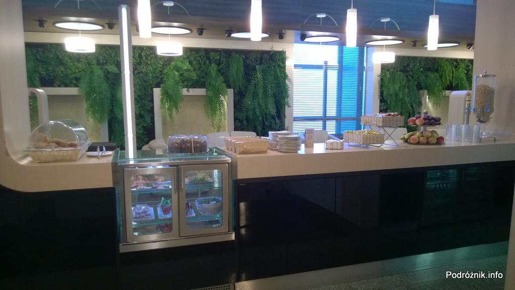 Polska - Warszawa - Lotnisko Chopina - LOT Business Lounge Polonez - lada z jedzeniem - wrzesień 2014