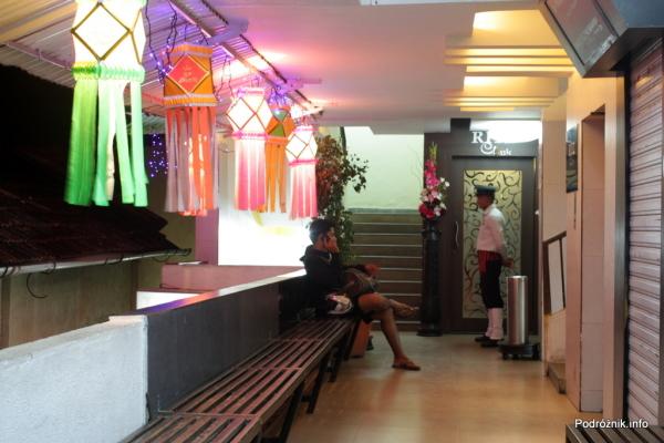 Goa  - Panaji nocą - wejście do restauracji Ritz Classic na drugim piętrze - listopad 2014