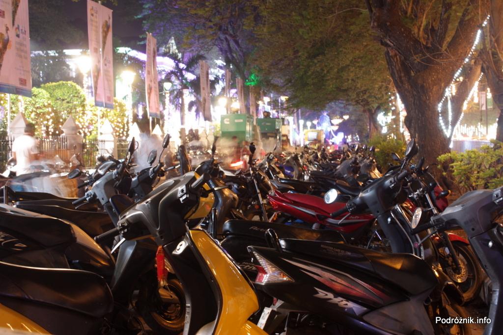 Goa - Panaji nocą - motorki przed terenem 45 Indyjskiego Międzynarodowego Festiwalu Filmowego - listopad 2014