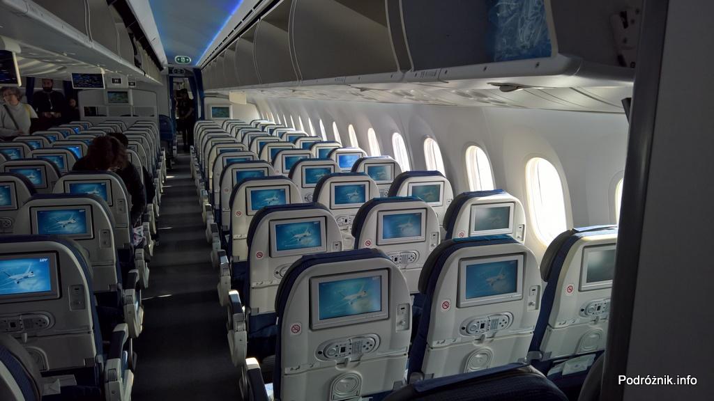 Polskie Linie Lotnicze LOT – Boeing 787 Dreamliner (SP-LRB) – klasa ekonomiczna - środek samolotu - marzec 2017