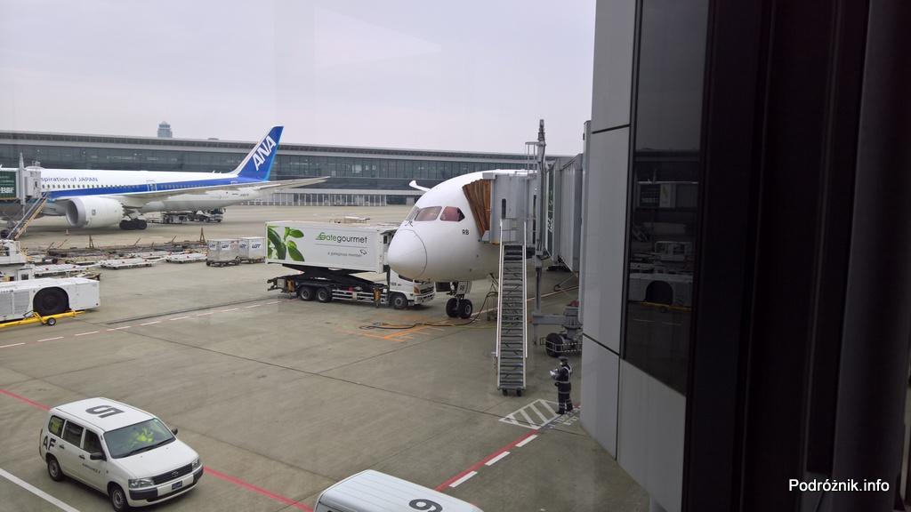 Japonia – Tokio Narita – widok z terminala na Boeing 787 Dreamliner LOT (SP-LRB) – marzec 2017
