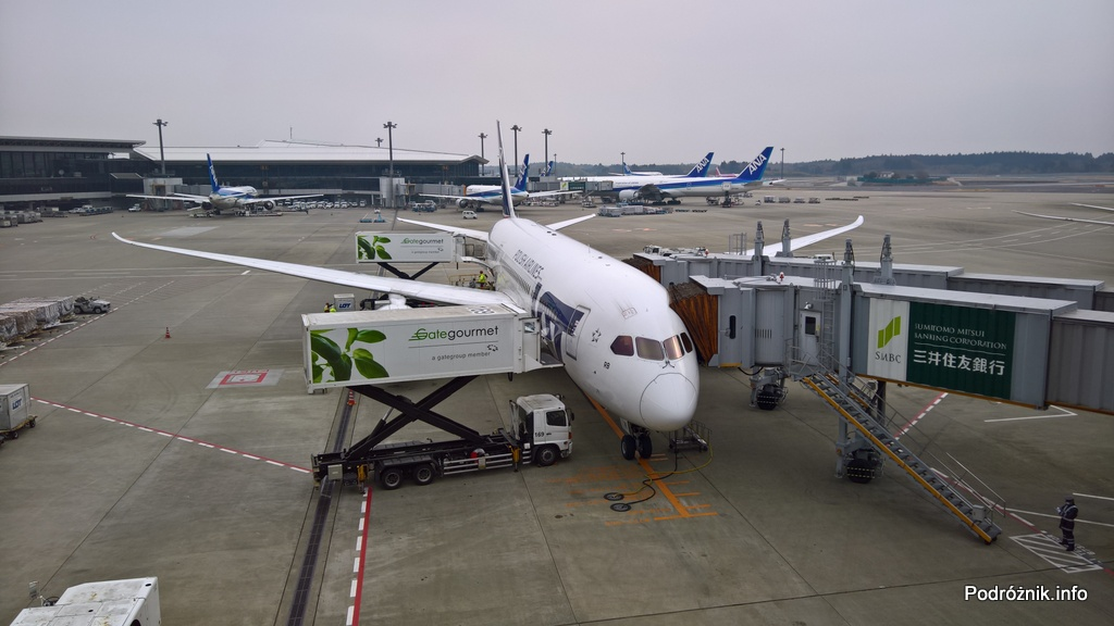 Japonia – Tokio Narita – Boeing 787 Dreamliner LOT (SP-LRB) z podłączonymi dwoma rękawami – marzec 2017