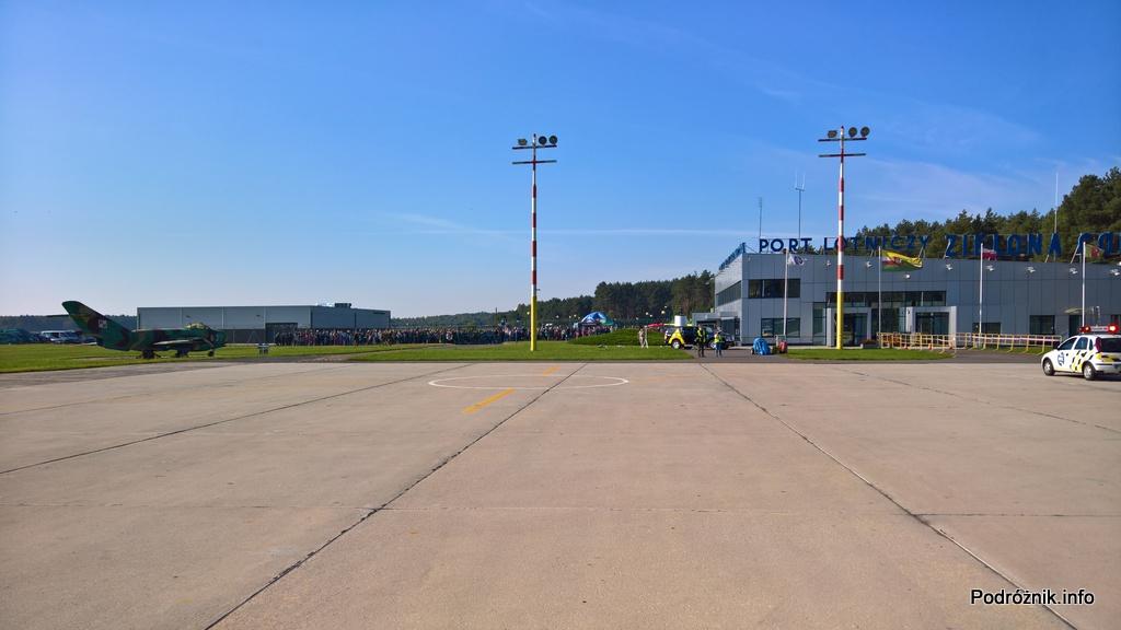 Polska - Babimost - Port Lotniczy Zielona Góra - tłum przy płocie oglądający przylot specjalnego rejsu LOT - wrzesień 2017