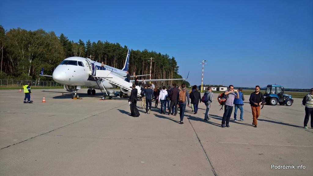 Polska - Babimost - Port Lotniczy Zielona Góra - Embraer 175 - SP-LIA - pasażerowie specjalnego lotu LO1984 wchodzący na pokład - wrzesień 2017
