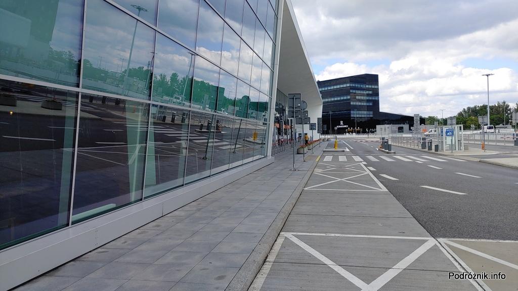 Polska - Warszawa - Lotnisko Chopina - w okolicach bramek wyjazdowych na końcu terminala - czerwiec 2020