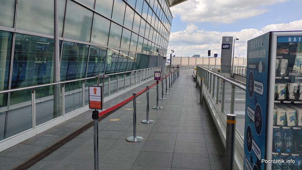 Polska - Warszawa - Lotnisko Chopina - wydzielone miejsce na kolejkę do jedynego wejścia do terminala - czerwiec 2020