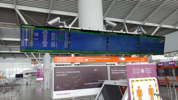 Polska - Warszawa - Lotnisko Chopina - ekrany z informacjami o odlotach - czerwiec 2020