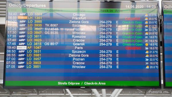 Polska - Warszawa - Lotnisko Chopina - ekran z informacjami o odlotach - czerwiec 2020