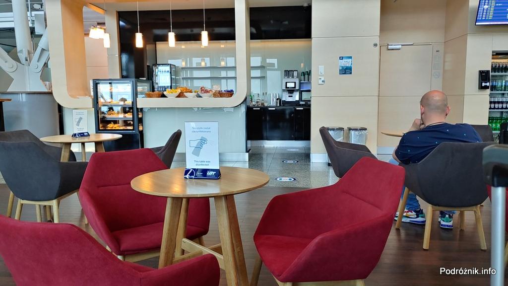 Polska - Warszawa - Lotnisko Chopina - LOT Business Lounge Polonez - widok na bufet - czerwiec 2020