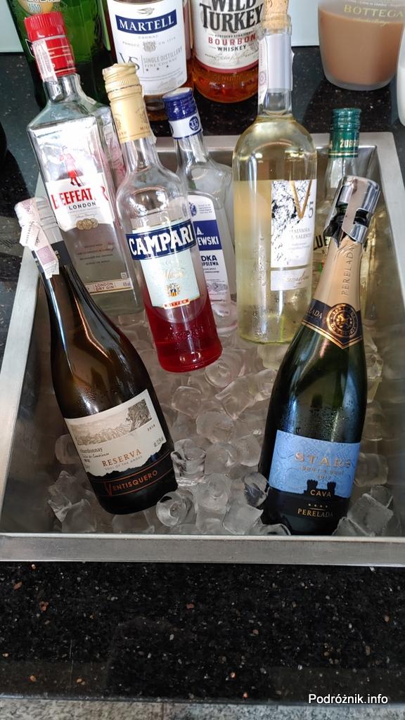 Polska - Warszawa - Lotnisko Chopina - LOT Business Lounge Polonez - alkohole na lodzie - czerwiec 2020