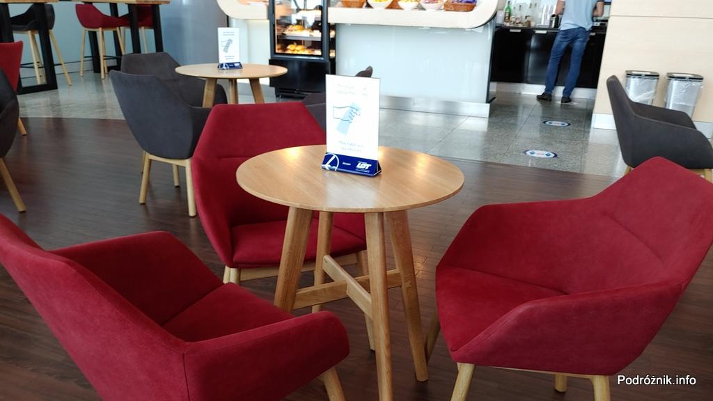 Polska - Warszawa - Lotnisko Chopina - LOT Business Lounge Polonez - stolik z informacją o dezynfekcji - czerwiec 2020