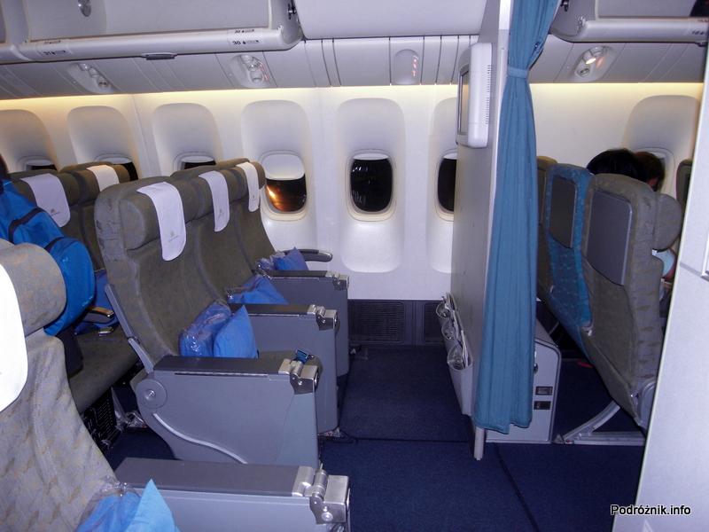 Vietnam Airlines - Boeing 777 - VN-A146 - wnętrze - klasa ekonomiczna - miejsca za ścianką oddzielającą od klasy ekonomicznej deluxe