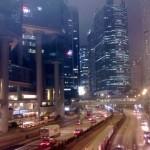 Chiny - Hongkong - hongkońska arteria między wieżowcami widziana nocą - kwiecień 2013