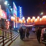 Chiny - Pekin - okolice dworca kolejowego Dongzhimen - lampiony nad przy restauracjach - kwiecień 2013